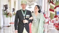 <p>Annisa Pohan dipersunting Agus Harimurti Yudhoyono (AHY) pada 8 Juli 2005. Ketika itu, AHY masih berstatus perwira TNI AD. Mereka dikaruniai seorang anak perempuan yang lahir lewat operasi caesar, tepat pada peringatan Hari Kemerdekaan RI 17 Agustus 2008, dan diberi nama Almira Tunggadewi Yudhoyono. Pada 2016, AHY memutuskan keluar dari TNI dan berkiprah di dunia politik. (Foto: Instagram @annisayudhoyono)</p>