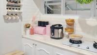 <p>Sepertinya warna putih menjadi kesukaan para Bunda untuk mendekorasi dapur. Sentuhan tanaman artifisial memberi kesan tidak monoton pada ruangan. Pemilik juga menambahkan jendela kecil di dinding, Bun supaya bau masakan bisa keluar dan dapur tidak panas. (Foto: Instagram @dekorasidapur)</p>