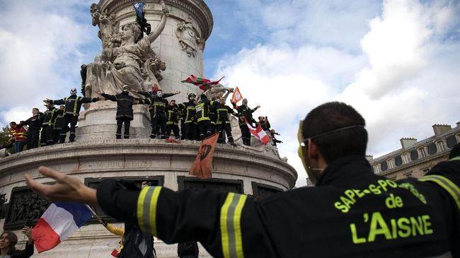Ribuan pemadam kebakaran di Prancis berunjuk rasa di Paris, memprotes gaji yang terlalu rendah dan tidak sebanding dengan risiko pekerjaan.
