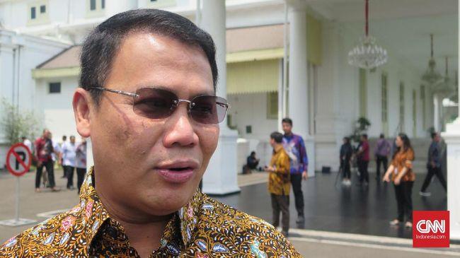 Wakil Ketua MPR Ahmad Basarah menyerahkan kepada Presiden Joko Widodo soal Gerindra dan Demokrat masuk dalam koalisi pemerintah, di Kompleks Istana Kepresidenan Jakarta, Rabu (16/10).