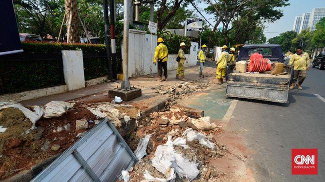 Pemprov DKI membongkar jalur sepeda di kawasan Cikini yang baru diuji coba dua bulan lalu demi kelanjutan proyek trotoar.