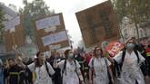 Ribuan anggota pemadam kebakaran di Prancis berunjuk rasa memprotes gaji yang terlalu rendah dan tidak sebanding dengan resiko pekerjaan.