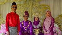 <p>Ini saatresepsi pernikahan mereka, Bun. Nuansanya ungu cantik (Foto: Instagram/ @orkid_azura) </p>