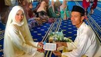 <p>Ini saat akad nikah mereka digelar. (Foto: Instagram/ @orkid_azura)</p>