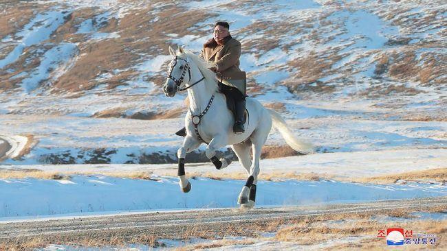 Pemimpin Tertinggi Korea Utara Kim Jong-un meresmikan pembangunan mega proyek wisata di lokasi sakral, Gunung Paektu.