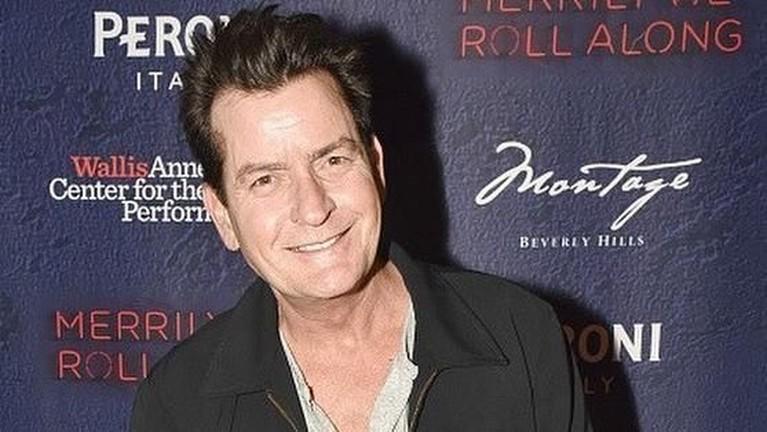Charlie Sheen. Peraih Golden Globe ini pernah bertarung mengatasi kecanduan seksnya. Bahkan salah satu sumber menyebut jik Sheen pernah meniduri 5000 wanita sepanjang hidupnya.