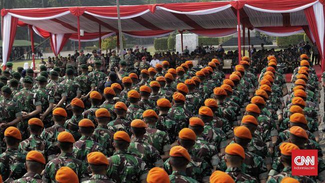 DPR menilai TNI-Polri bisa ikut membantu secara aktif untuk menangani wabah virus corona yang semakin masif di Indonesia.