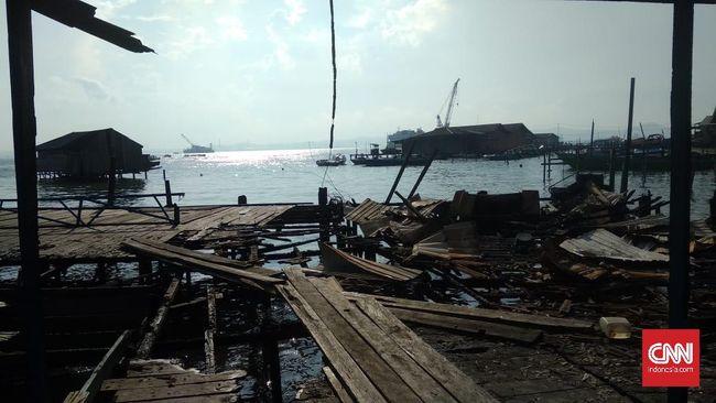 Pelabuhan Penajam belum beroperasi penuh karena fasilitas yang rusak akibat kerusuhan kemarin, sementara itu ratusan petugas TNI-Polri terlihat masih berjaga.