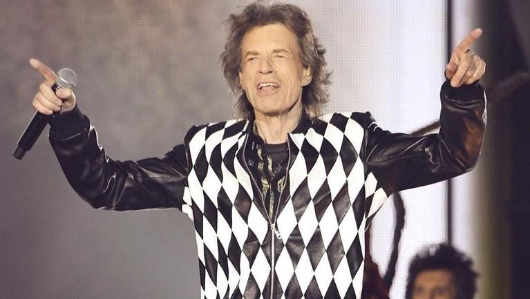 Mick Jagger. Bukan lagi jadi rahasia jika musisi rock ini sangat candu dalam hal seks. Bahkan dikatakan jika Jagger telah bercinta dengan 4000 wanita.