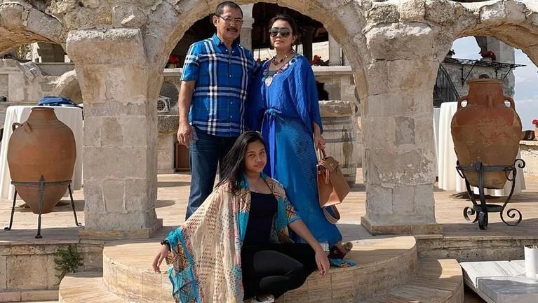Setiap momen di lokasi wisata terkenal di Turki tak pernah luput dari kamera. Mereka selalu berpose bertiga. Namun, sesekali Mayang menggunakan momen liburan itu untuk foto hanya berdua bersama sang suami.