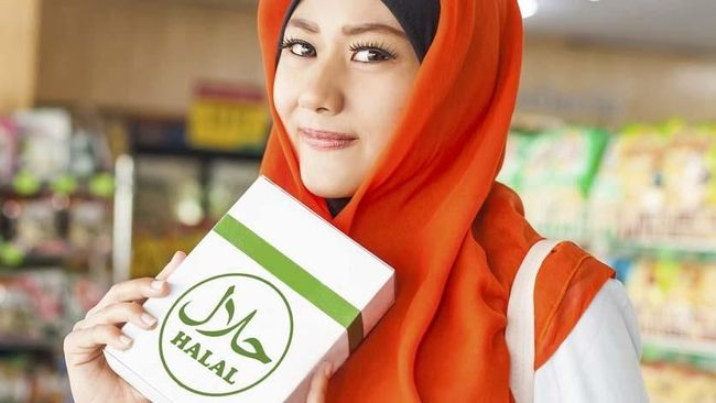 asian muslim woman buying halal food in a supermarket (vertical photo)