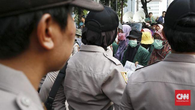 Mahasiswa yang menggelar demonstrasi tolak Omnibus Law Cipta Kerja membubarkan diri dengan tertib di depan Gedung Kemeterian Pariwisata.