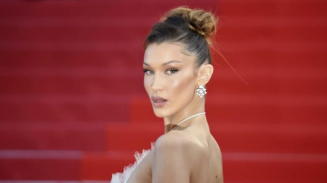 US model Bella Hadid poses as she arrives for the screening of the film