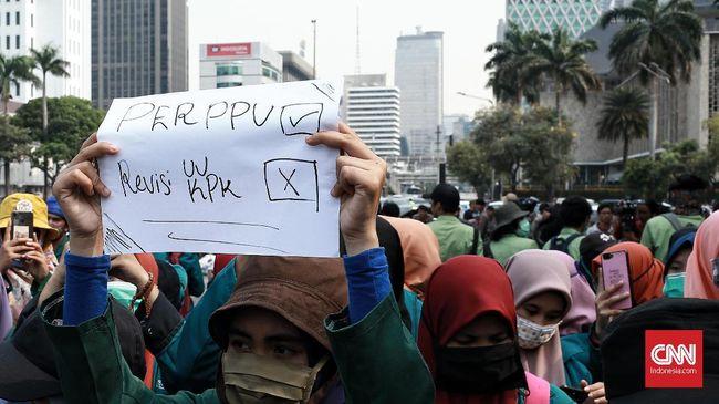 Mahasiswa akan mendesak Presiden Joko Widodo menerbitkan Perppu KPK. Mereka kembali mengancam turun ke jalan jika Jokowi tak mengeluarkan Perppu usai sidang MK.