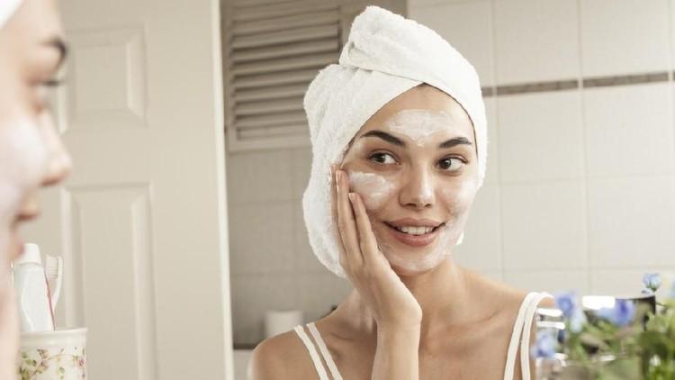 Menajaga kulit tetap lembab saat malam hari adalah kunci untuk mendapat kulit yang sehat. Lakukan tiga langkah perawatan berikut.