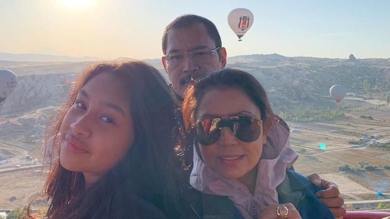 Bersama sang suami, Bambang Trihatmodjo dan putrinya Khirani, mereka menjelajah beberapa kota di Turki, salah satunya adalah Cappadocia yang sangat terkenal dan menjadi impian banyak orang untuk berkunjung ke sana.