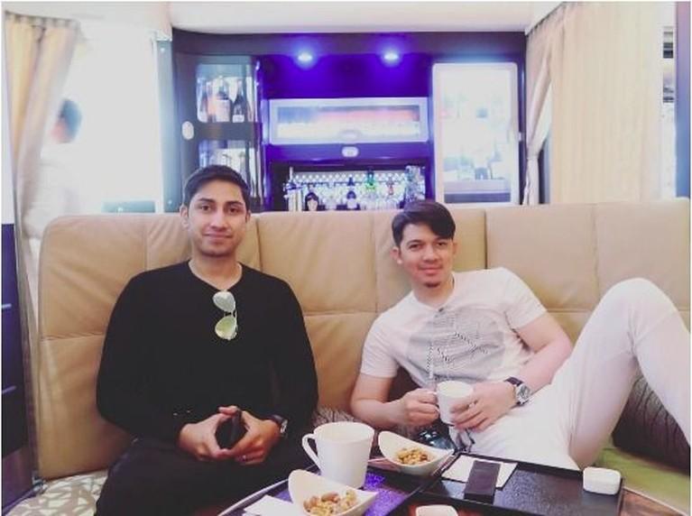 Irwansyah dan Lukman juga menyempatkan waktunya berdua, keduanya nampak sedang bercerita ditemani secangkir kopi.