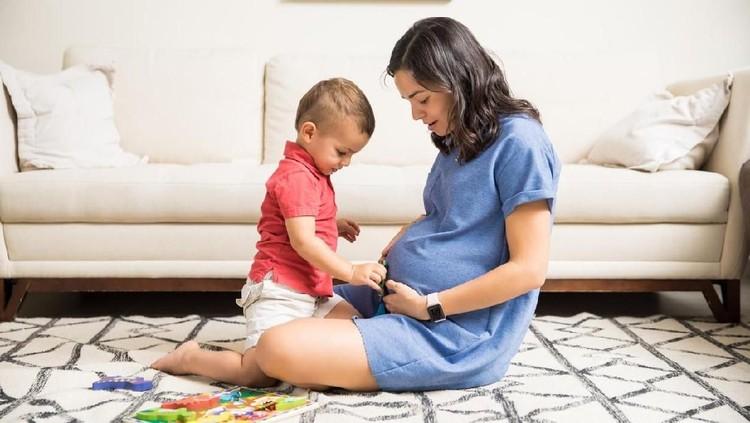 Ketika hamil anak kedua, Bunda mungkin akan lebih cepat merasakan gerakan janin di dalam kandungan lho.