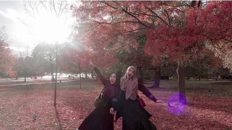 Zaskia Sungkar dan Medina pernah berfoto dengan latar musim gugur yang sangat cantik.