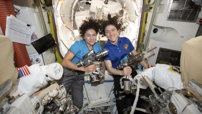 Christina Koch dan Peggy Whitson menjadi 2 orang yang memegang rekor sebagai astronaut wanita terlama di luar angkasa.
