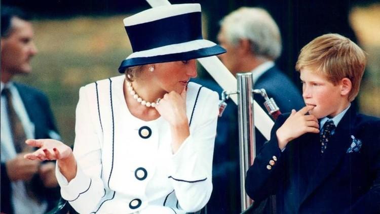 Tidak mudah bagi Pangeran Harry melepas kepergian Putri Diana untuk selamanya. Terlebih dengan kehadiran kekasih lama Pangeran Charles, Camilla.