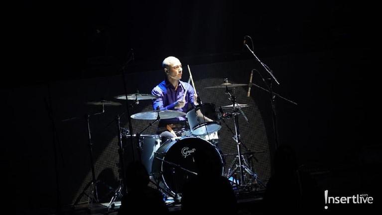 Tak hanya piawai bernyanyi, Marcell menujukkan kebolehannya menabuh drum.