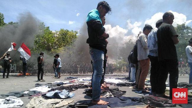 Mahasiswa Universitas Halu Oleo dan sejumlah kampus lain di Kendari unjuk rasa memperingati dua tahun tewasnya Randi dan Yusuf dalam demo Reformasi Dikorupsi.