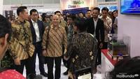 <p>Habibie Festival dihadiri oleh putra sulung B.J. Habibie, Ilham Habibie dan putra Susilo Bambang Yudhoyono, Agus Harimurti Yudhoyono. Mereka ikut berkeliling di pameran yang ada di Hall A JIEXPO Kemayoran.</p>