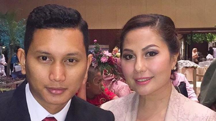 Emma Warokka resmi menikah dengan Bagoes Soeharto yang usianya 18 tahun lebih muda. Gimana perjalanan cinta mereka?