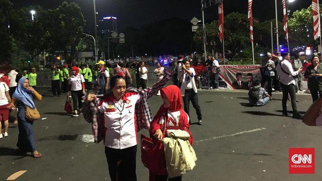 Relawan Jokowi yang berkumpul di Taman Pandang, Jakarta, kompak berteriak