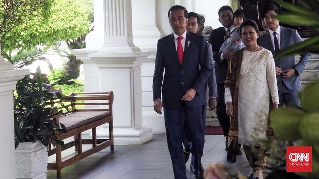 Saat hadir di pelantikan Presiden 2019, Iriana Jokowi tampil ayu dan elegan dengan menggunakan baju kurung putih dan batik cokelat.
