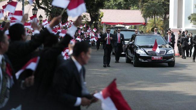 Setidaknya iring-iringan Joko Widodo menuju ke Gedung MPR/DPR dikawal lebih dari 30 unit kendaraan, di antaranya mobil mewah dan moge.