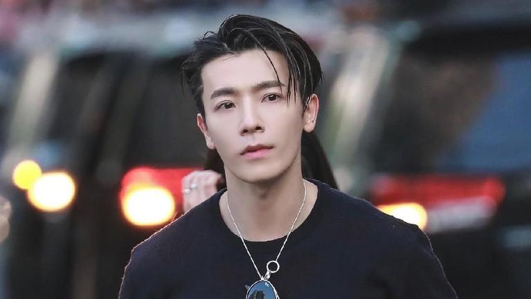 Lee Donghae. Pria 33 tahun ini menjadi salah satu personel Super Junior yang memiliki boong seksi. Bahkan beberapa Donghae sempat terlihat memperlihatkan bokongnya tanpa sengaja.