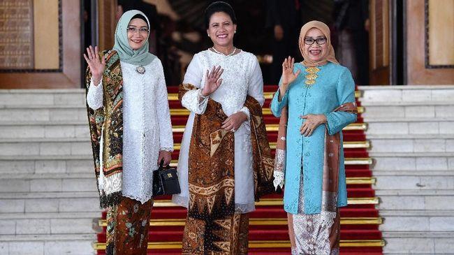 Ibu Negara Iriana Jokowi tampak akrab dengan Mufidah Kalla dan Wury Estu Ma'ruf di Gedung MPR/DPR sebelum pelantikan presiden dan wakil presiden terpilih.