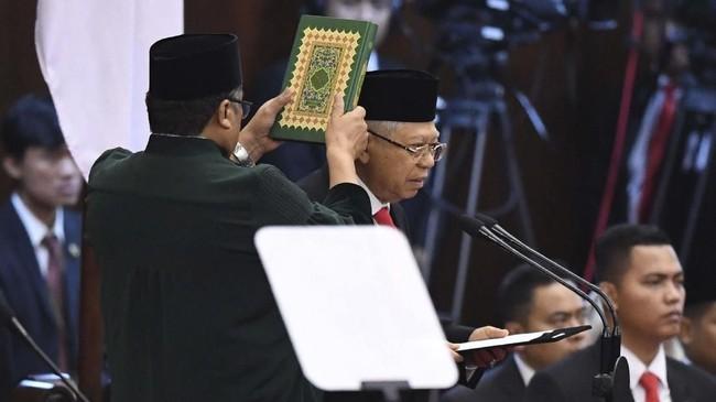 Joko Widodo dan Ma'ruf Amin resmi dilantik jadi Presiden dan Wakil Presiden. Dihadiri sejumlah tamu penting, Jokowi-Ma'ruf dilantik di Kompleks MPR/DPR.