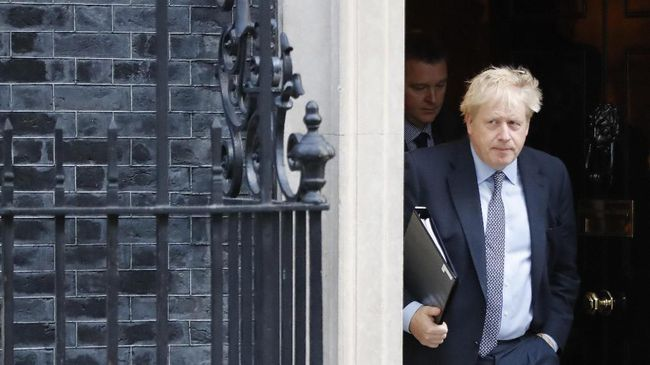 Britain's Prime Minister Boris Johnson leaves 10 Downing Street in central London on October 19, 2019. - British MPs gather on October 19 for a historic vote on Prime Minister Boris Johnson's Brexit deal, a decision that could see the UK leave the EU this month or plunge the country into fresh uncertainty. (Photo by Tolga AKMEN / AFP)