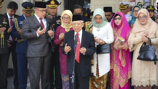 Tanpa sarung, Wakil Presiden terpilih Ma'ruf Amin tampil mengenakan setelan jas dan celana panjang saat Pelantikan Presiden 2019.
