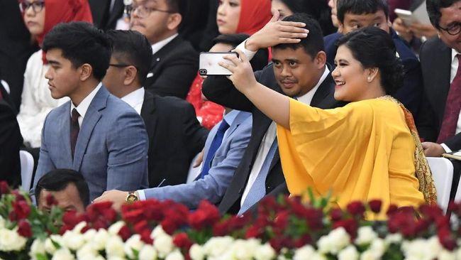 Berangkat dari istana kepresidenan, dari rombongan itu Kahiyang Ayu, puteri pertamanya tampak paling bersinar dengan warna kuning keemasan.