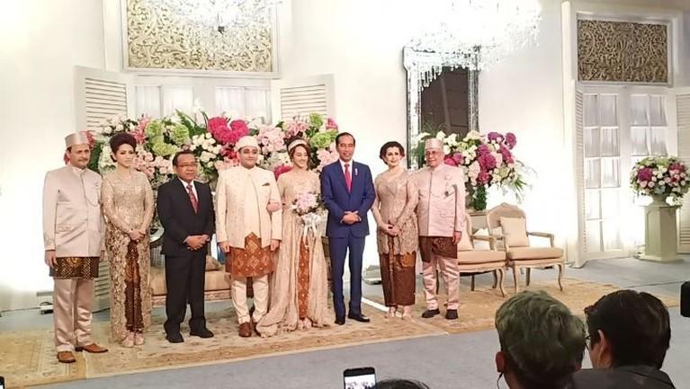 Tak hanya Ma'ruf Amin, Presiden Joko Widodo turut hadir memenuhi undangan.