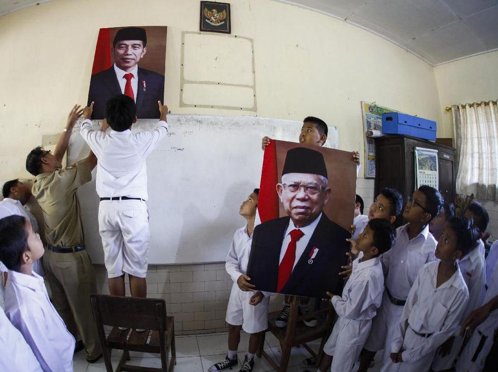 Antusias Siswa SD di Solo Pasang Foto Jokowi-Ma'ruf Amin