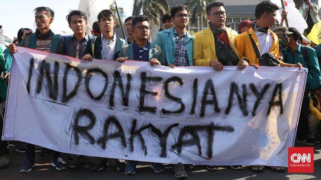 Puluhan mahasiswa dari Yogyakarta dan Solo menyewa bus ke Jakarta untuk mengikuti aksi unjuk rasa bersama BEM SI di Gedung Merah Putih KPK Senin (27/9).