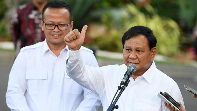 Ketua Umum Partai Gerindra Prabowo Subianto (kanan) didampingi Wakil Ketua Umum Edhy Prabowo mengangkat ibu jari seusai bertemu Presiden Joko Widodo di kompleks Istana Kepresidenan, Jakarta, Senin (21/10/2019). Prabowo mengaku siap membantu di dalam pemerintahan pada periode tahun 2019-2024. ANTARA FOTO/Wahyu Putro A/foc.
