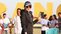 <p>Untuk olaharaga, Bupati Minahasa Selatan Tetty Paruntu memilih jaket <em>hoodie</em> dan sepatu <em>sneaker</em>. Ia melengkapi tampilannya dengan topi dan kacamata hitam. (Foto: Instagram @christiany_eugenia_paru)</p>