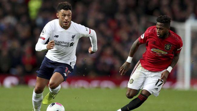 Winger Liverpool Alex Oxlade-Chamberlain membuat marah suporter Manchester United dalam pertandingan pekan kesembilan Liga Inggris, Minggu (20/10).