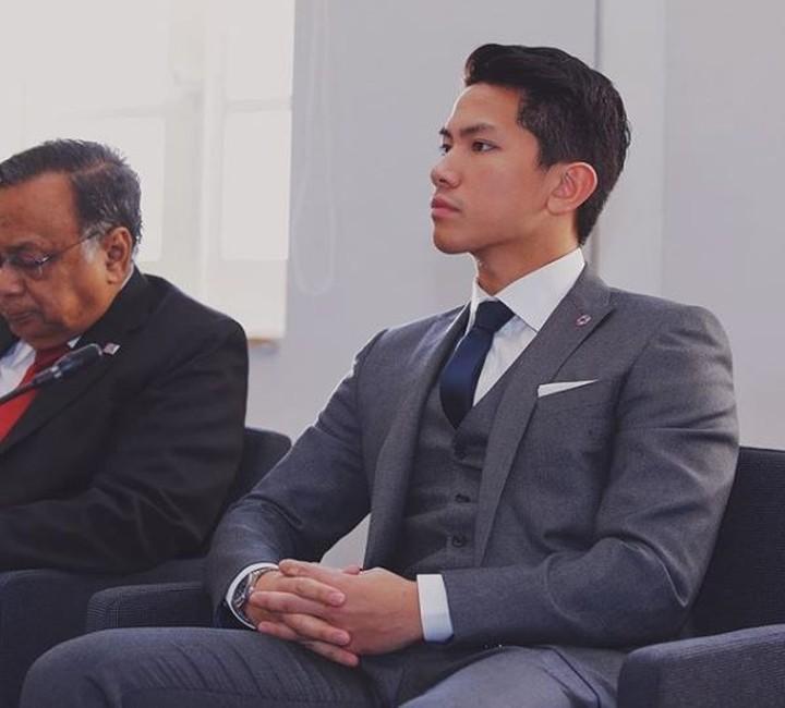 Pangeran Brunei menjadi pusat perhatian kaum hawa di acara Pelantikan Presiden. Setampan apa ya, Bun pangeran ini?