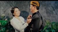 <p>Puput juga terlihat membetulkan aksesori yang menempel di beskap sang suami, Ahok. (Foto: YouTube/FD Photography)</p>