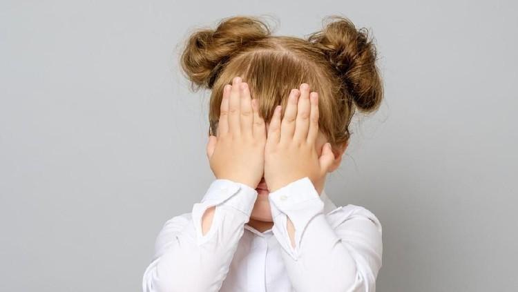 Ketika orang tua tak sengaja tampil tanpa busana atau telanjang, anak bisa menunjukkan reaksi yang jadi tanda dia tak nyaman.