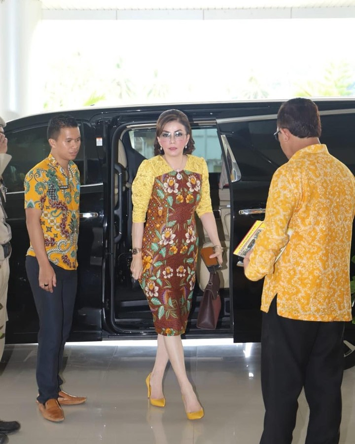 Bupati Minahasa Selatan Christiany Eugenia akrab disapa Tetty jadi sorotan karena dipanggil ke Istana.
