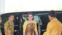 <p>Gaun batik menjadi pilihan Bupati Minahasa Selatan Tetty Paruntu saat menghadiri ibadah awal bulan. Tetty memadukannya dengan sepatu <em>high heels</em>. (Foto: Instagram @christiany_eugenia_paru)</p>