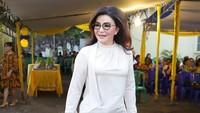 <p>Tetty Paruntu saat berkunjung ke Minahasa Utara menghadiri HUT Ketua DPD 2 Partai Golkar Minut Denny Wowiling. Kali ini Tetty memadukan jeans dengan blus krem dan tas berwarna senada. (Foto: Instagram @christiany_eugenia_paru)</p>